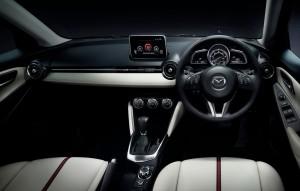 2014デミオ運転席