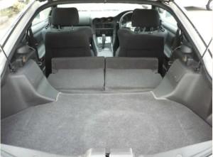 GTOの後部座席を倒したトランクの写真