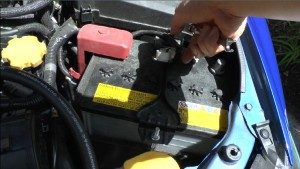 バッテリーからマイナス極を外した状態