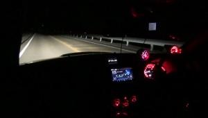 真っ暗な峠でヘッドライトだけの状態